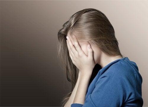 menina-desesperada-por-violencia-psicologica