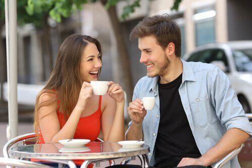 casal-tomando-cafe
