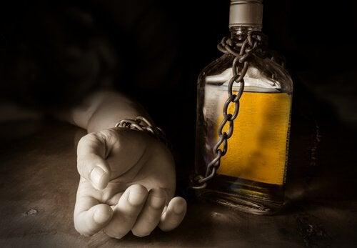 mão-presa-a-garrafa-de-álcool