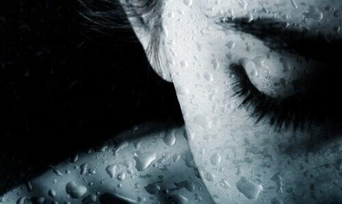 mulher-com-os-olhos-fechados-chorando