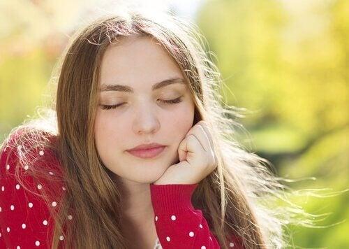 mulher-com-os-olhos-fechados-tentando-afastar-ansiedade