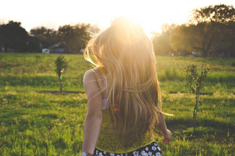 mulher-correndo-sol
