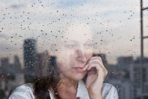 mulher-olhando-pela-janela-com-ansiedade