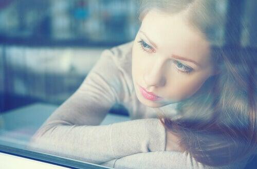 mulher-sentindo-culpa-olhando-pela-janela
