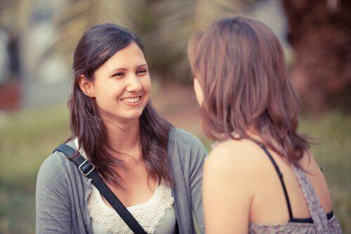 amigas-conversando-criando-conexão