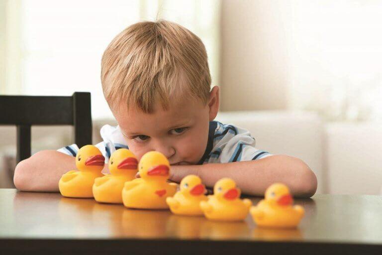 autismo-menino-patos
