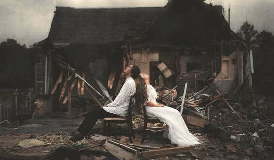 casal-diante-de-uma-casa-demolida