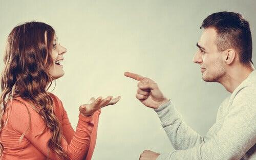 casal-discutindo-com-bom-humor