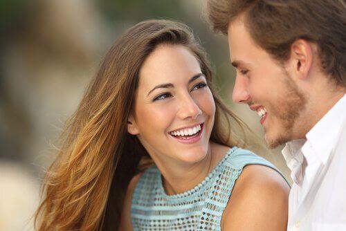 casal-sorrindo-criando-conexão