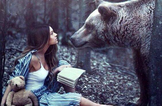 menina-com-urso-floresta