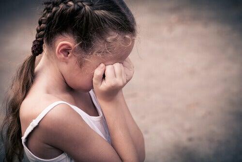 menina-com-trancas-chorando-depressao-infantil