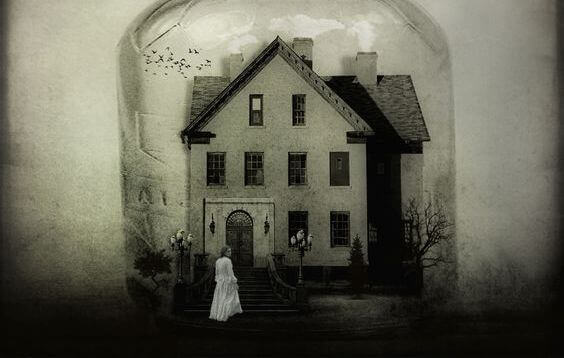 mulher-entrando-em-casa