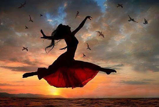 mulher-pulando-passaros