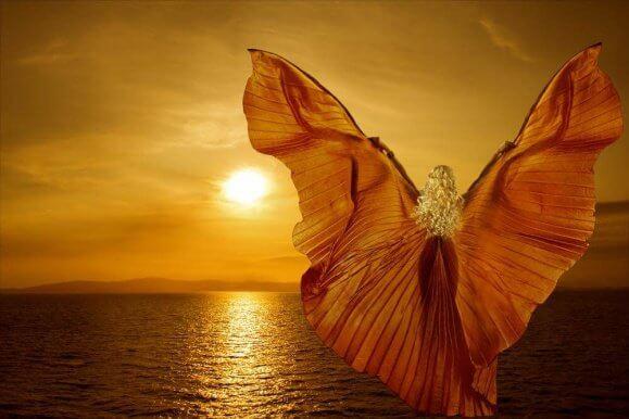 mulher-com-asas-por-do-sol