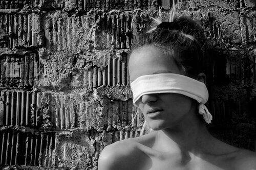 mulher-olhos-vendados