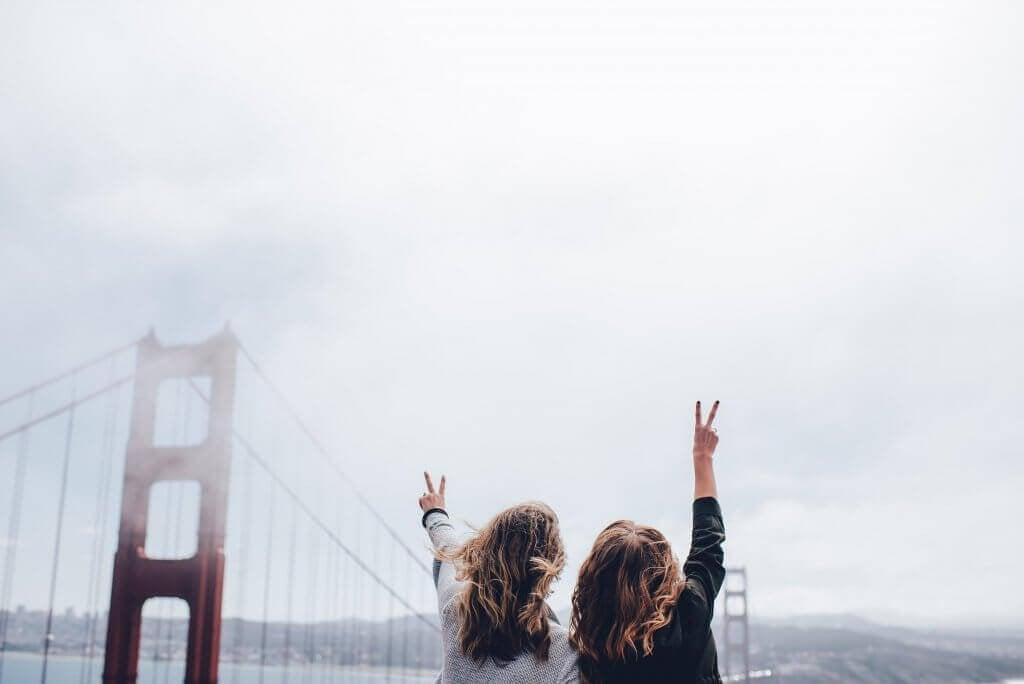amigas-em-uma-ponte