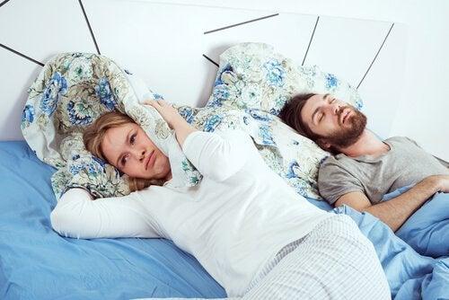 mulher-sem-dormir-na-cama