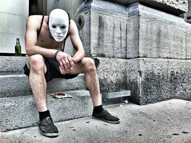homem-com-mascara
