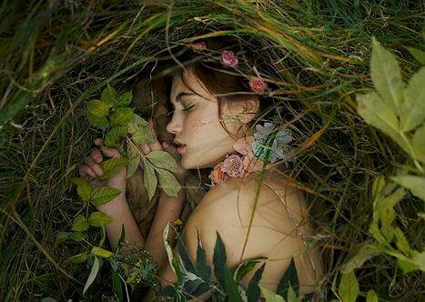 mulher-dormindo-natureza