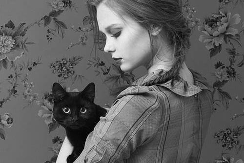 garota-com-gato-preto