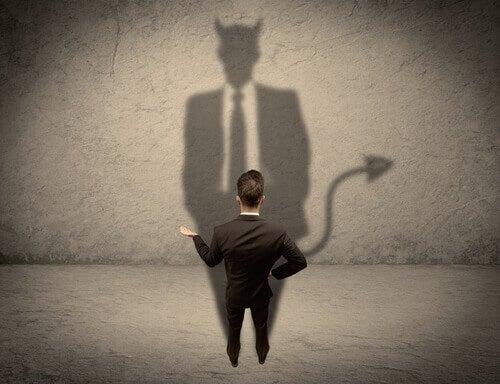 homem-olhando-sua-sombra-de-diabo