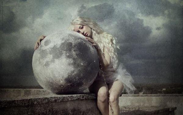 mulher-abracada-lua