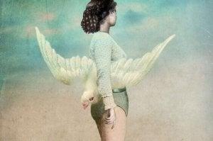 mulher-com-passaro-branco