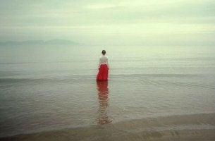 A necessidade de acabar com a solidão nos deixa vulneráveis