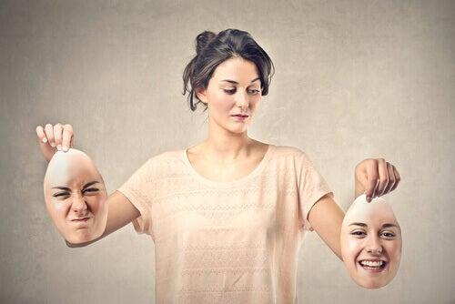 mulher-mascaras-raiva-alegria