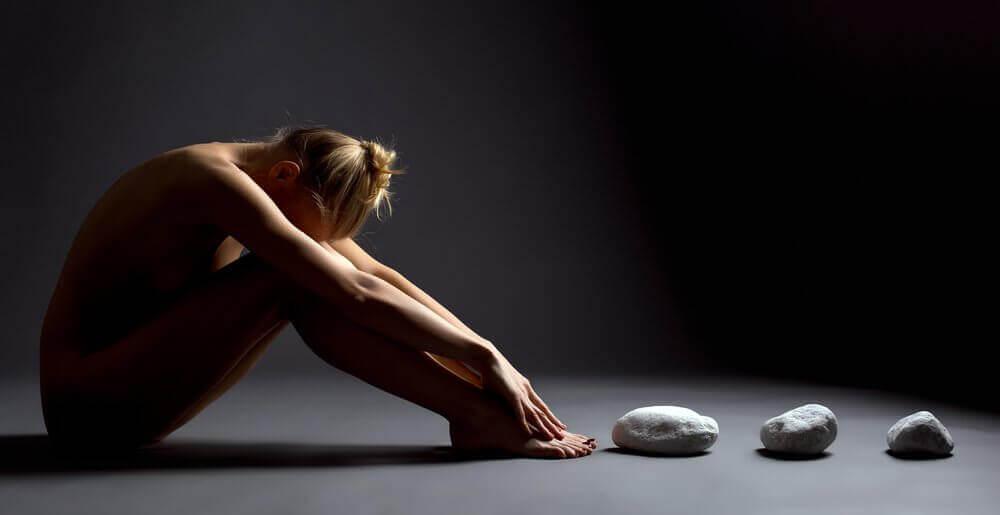 mulher-pedras