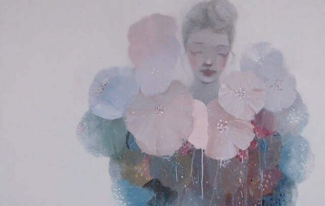 mulher-rodeada-de-flores