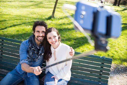 casal-fazendo-uma-selfie