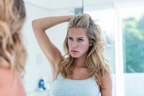 mulher-olhando-no-espelho
