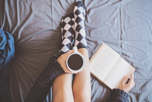 mulher-tomando-cafe-com-um-livro