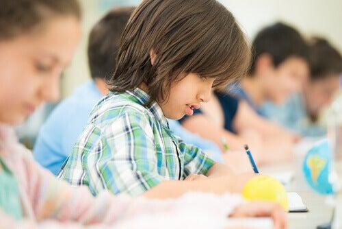 crianca-fazendo-tarefas-kumon