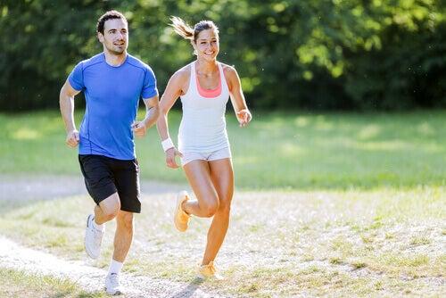 casal-correndo-juntos-no-campo