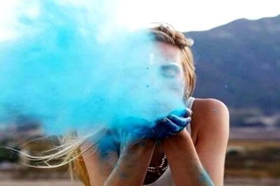 mulher-soprando-areia-azul