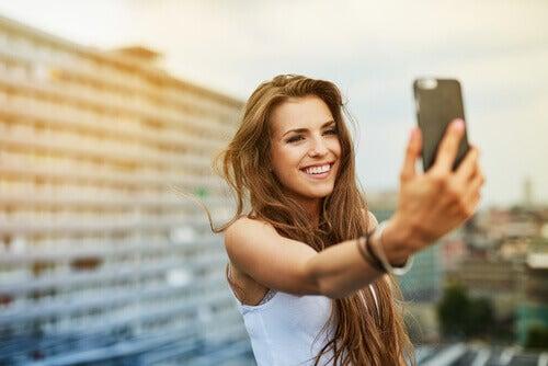 garota-tirando-uma-selfie