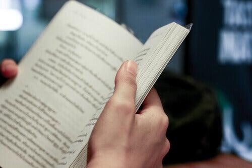 homem-lendo-um-livro