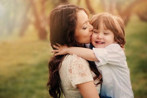 mae-dando-um-beijo-no-seu-filho
