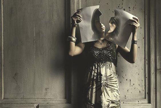mulher-rasgando-papel