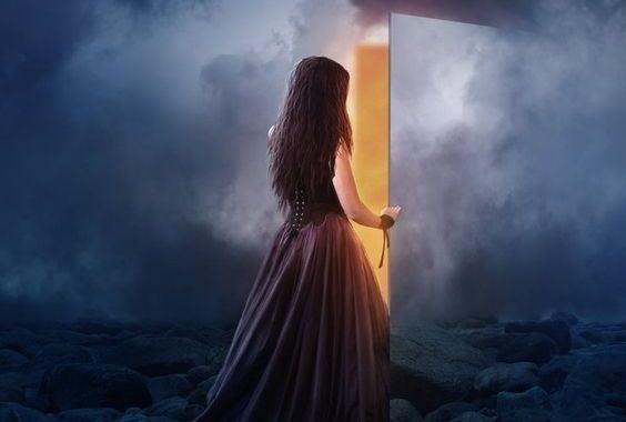 mulher-abrindo-porta