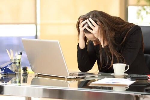 mulher-com-estresse-ocupacional