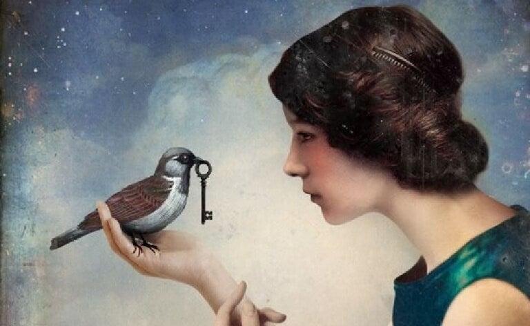 mulher-com-passaro-que-leva-uma-chave-no-bico