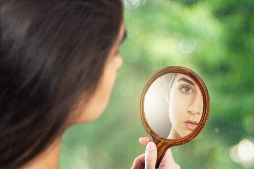 mulher-se-olhando-em-um-espelho