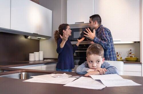 crianca-pais-brigando