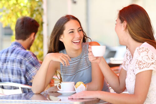 amigas-conversando-tomando-cafe