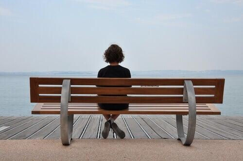 menina-sentada-em-um-banco