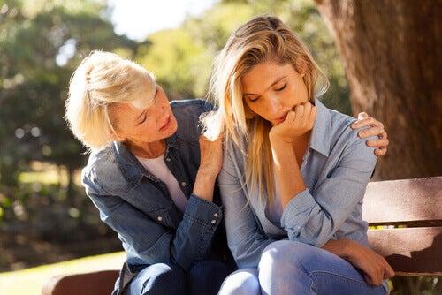 mae-consolando-a-sua-filha