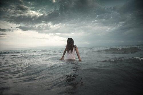 mulher-no-mar